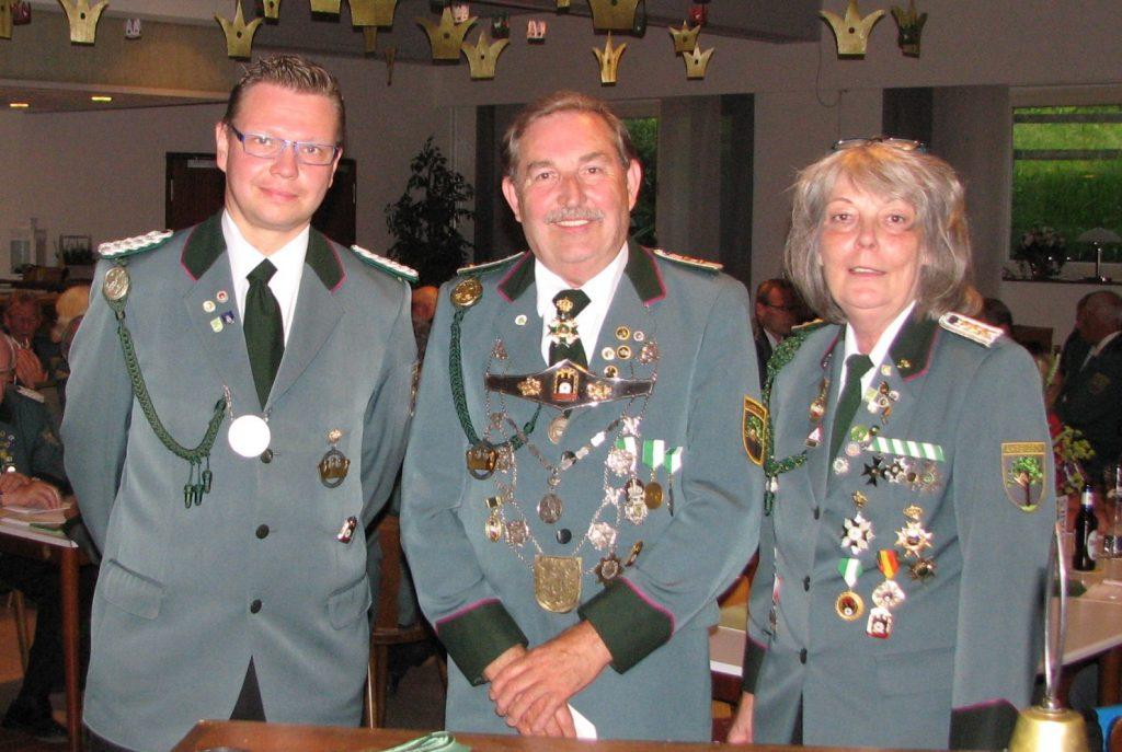 Scheibenkönig Norbert Hartwig (Mitte) wurde einstimmig zum  stellvertretenden Scheibenhauptmann gewählt. Björn Behnke (links) und  Ellen Engel gratulierten als erste.